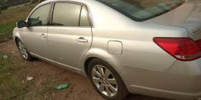 Sparkling Toyota Avalon 2005 at give away price
